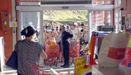 Covid-19 : des files d'attente dans les supermarchés avant le confinement
