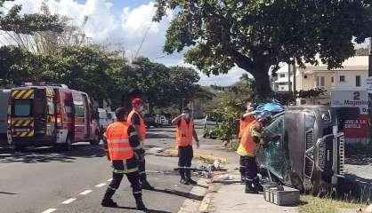 Impressionnante collision entre deux voitures, une partie du boulevard Extérieur fermée à la circulation