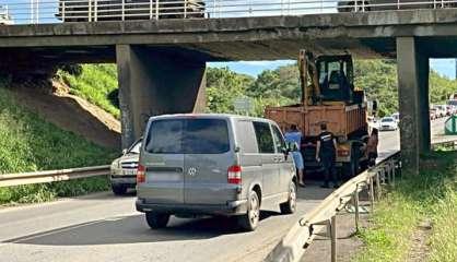 Le camion se coince sous le pont de Normandie, la circulation interrompue