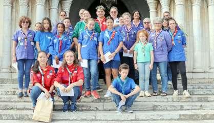 Guides et scouts du Caillou rassemblés en hommage à leurs anciens