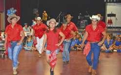 Tout comme les enfants des écoles Louise-Michel et Saint-Joseph (en arrière-plan) qui ont interprété des chansons, la toute jeune troupe Country West dirigée par Nadège Hervouët (1ère à gauche) a apporté une touche festive à ce thé dansant.
