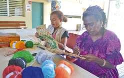 Chaque matin, le Dock socioculturel organise un atelier artistique animé par Juliette Pita, qui apprend les techniques de tissage, de collage et de peinture sur le thème « ton totem ». Hier matin, Avelina, 9 ans, du Mont-Mou, était la seule participante.