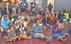 Assis à même le sol, appareils photos, smartphones ou tablettes en main, les spectateurs n'ont pas été avares d'applaudissement.