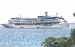 Samedi, dès 7 heures, le bateau de croisière Voyager of the Seas a mouillé en baie d'Easo. Le navire mesure 311 mètres de long et 48 mètres de large.