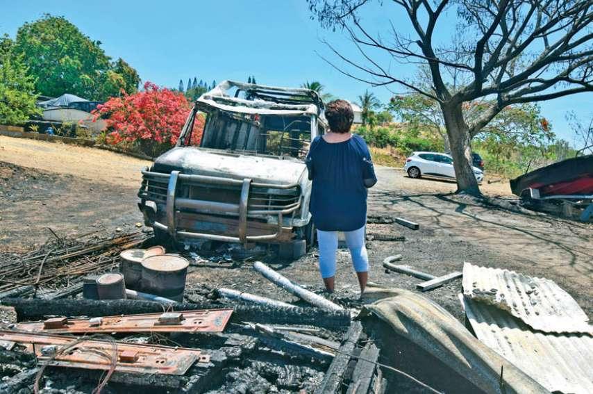 Allumé en bas de la plaine, le feu est arrivé jusque sur les hauteurs de Nouméa / Koutio-Kouéta, à deux pas des maisons. Photos J. J.
