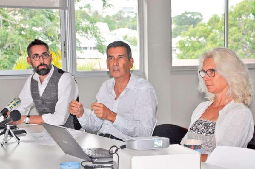 2030 est l'année maximale « pour l'arrêt de l'actuelle centrale de Doniambo », déclare Pierre Kolb, président de NCE, entouré de son directeur Chris Fouqueray, et de Catherine Guillaume, consultante en communication. Photo Y.M