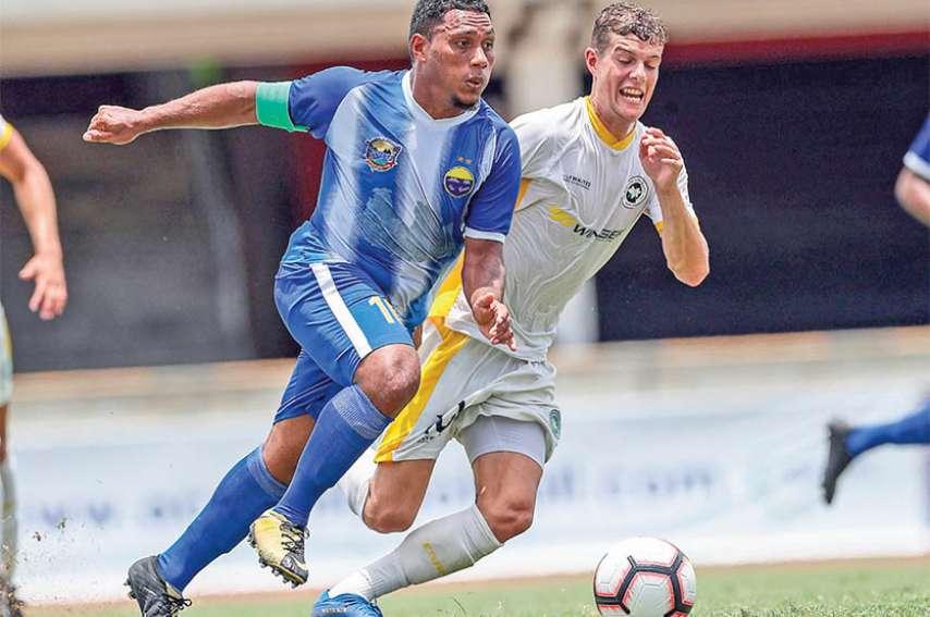 Samedi après-midi au stade Sir John Guise de Port Moresby, Miguel Kayara (en bleu) s'est beaucoup battu, mais n'a pas pu empêcher la défaite par 4 à 0 de Hienghène devant Eastern Suburbs. Photo Shane Wenzlick / Phototek / OFC