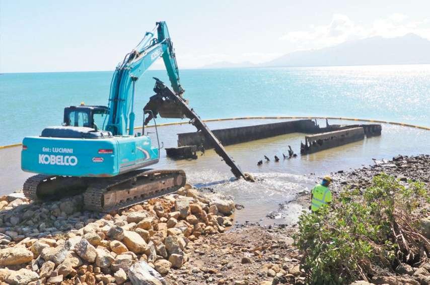 Exploitées par la SMSP dans les années 1980, trois barges abandonnées sont évacuées de la plage. Photos G.R.