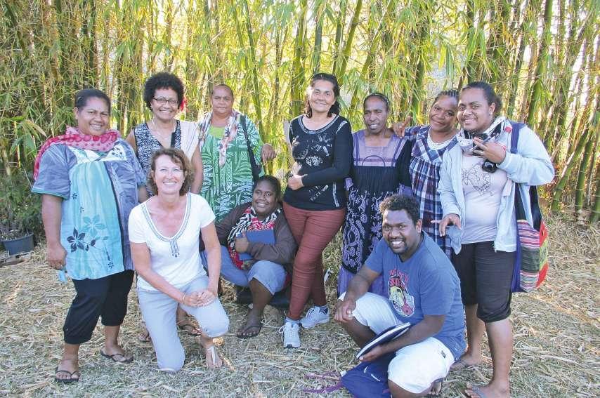 La formatrice Dominique Le Poul (en tenue blanche) a formé neuf stagiaires à l'accueil des touristes pendant deux jours. Ici, lors de la seconde journée de formation à la tribu de Saint-Louis (Pouébo).