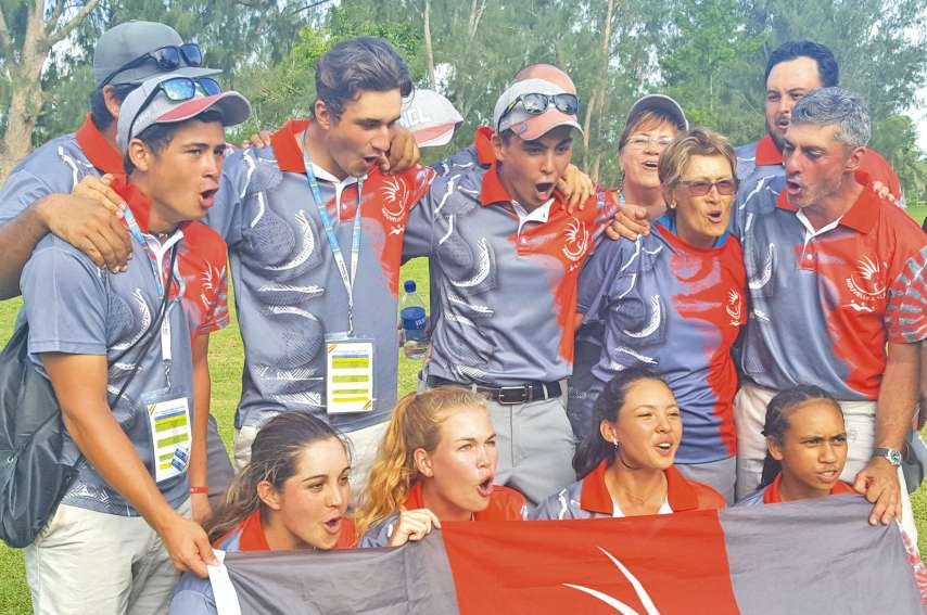 Les Cagoues (en bas) ont écrasé la concurrence samedi au golf de Mele. Elles remportent le titre par équipes et en individuel. «Cagous ouh ouh !»