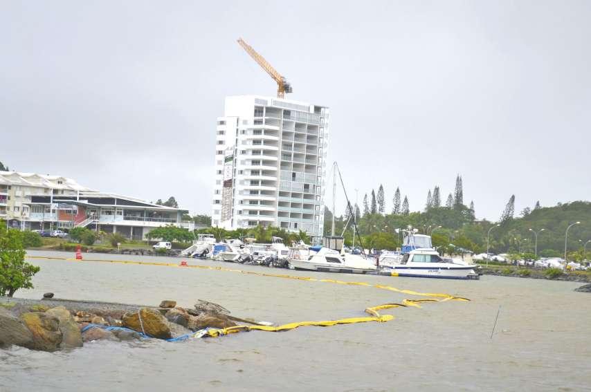 Un dispositif antipollution a été installé dans la baie afin d'empêcher que les matériaux charriés durant le dragage du fond marin ne s'échappent dans le lagon. Le même dispositif a été mis en place à la baie des Citrons, à Nouméa.