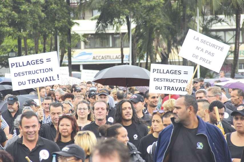 Des centaines de manifestants ont défilé sous la pluie dans Nouméa pour protester contre les pillages dont les commerçants sont victimes et interpeller les autorités. Ils ont été reçus par le haussaire et des membres du gouvernement.