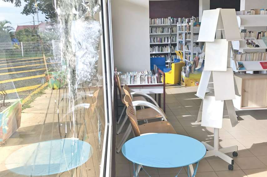Les portes vitrées de la bibliothèque de Boulouparis ont été brisées au mois de janvier.