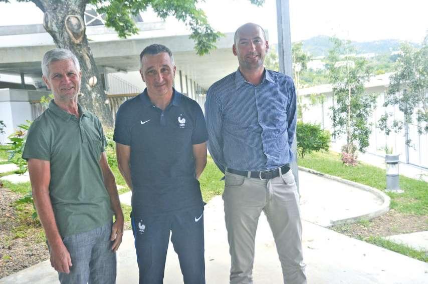 La délégation de la FFF en visite est composée de Jean-Michel Berly, en charge du service terrains, de Patrick Pion, directeur technique adjoint et de Sylvain Grimault, responsable du développement du foot amateur.