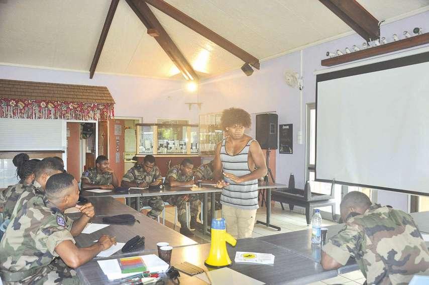 Simane Wenethem a proposé aux volontaires stagiaires du RSMA-NC un atelier ludique d'écriture et expression slam basé pédagogiquement sur trois pensées précises.