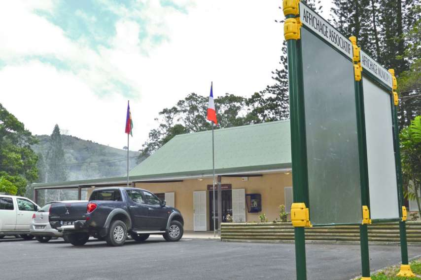 Des conseillers municipaux de la liste FLNKS avaient déjà démissionné en 2014. Depuis l'élection  d'Alexandre Nemebreux, la situation est tendue à Sarraméa.