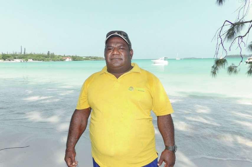 Désiré Apikaoua embarque les touristes sur son bateau tous les matins à 9 h 15, en baie de Kuto.