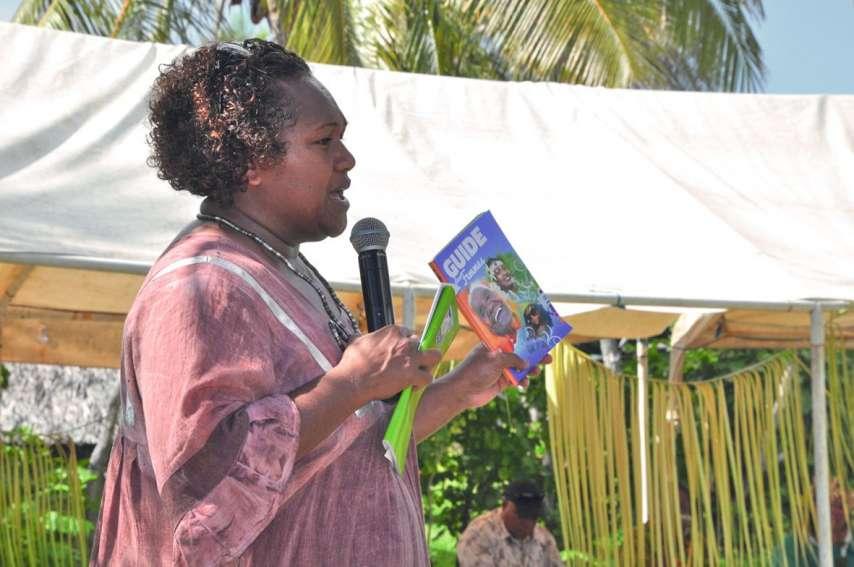 Emélie Katrawi a profité des journées provinciales de la famille ce week-end à Ouvéa pour présenter ce nouveau Guide pratique des femmes.Photo S.M.