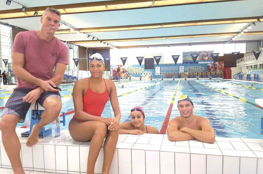 De gauche à droite : Gilles Dumesnil (coach), May Toven, Ylenka Maurin et Florent Janin, ici à l\'entraînement dans le bassin de Saint-Raphaël qui accueillera les championnats de France élite à partir de mardi.Photo délégation calédonienne