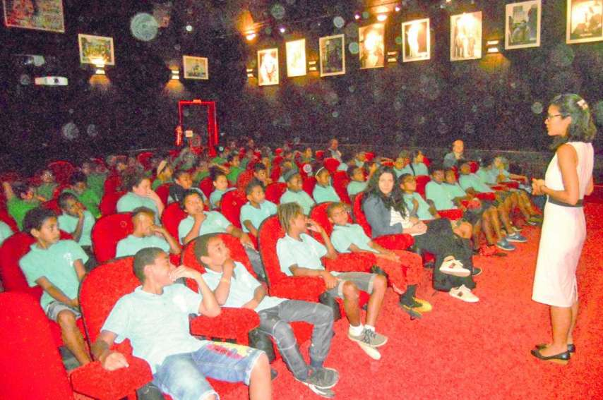 Les élèves des classes de 6e et 5e des collèges privé et public de Thio ont inauguré le dispositif Collège au cinéma présenté par Alexia Duchesne.Photo E.J.