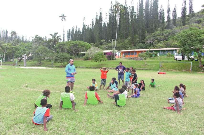 Le président de l'URCD, Taofifenua Falatea, a mené le premier entraînement samedi matin sur le stade de Vao, à l'île des Pins. Photos DR