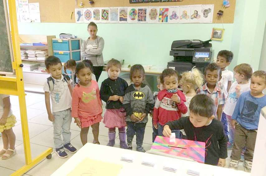 Les élèves de maternelle, trop petits, ont voté dans leurs classes respectives, alors que les plus grands sont allés dans la bibliothèque de l'école, transformée en bureau de vote pour l'occasion. La mairie de Pouembout, partenaire de la journée, a prêté