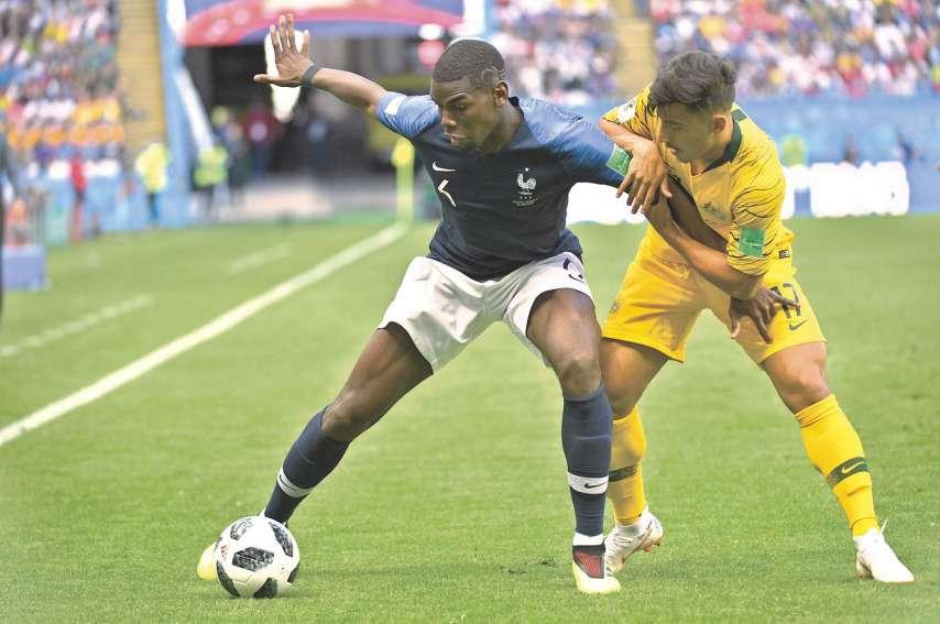 Le milieu français de Manchester United, Paul Pogba, résiste ici au jeune australien Daniel Arzani. Photo AFP