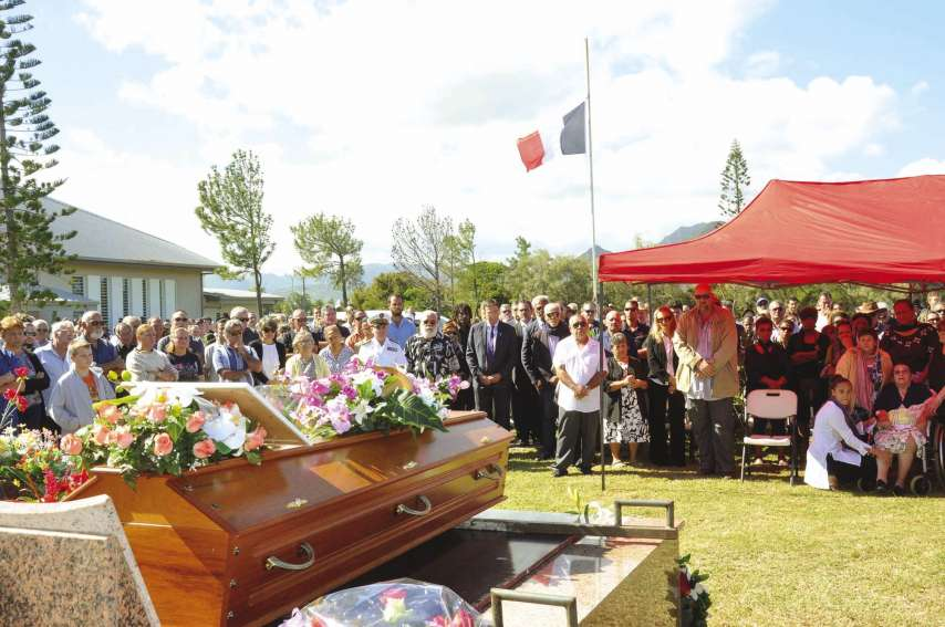 Autorités institutionnelles, civiles et coutumières se sont succédé pour dire un dernier adieu à Robert Frouin qui reposera dans le caveau familial.Photos I.C.