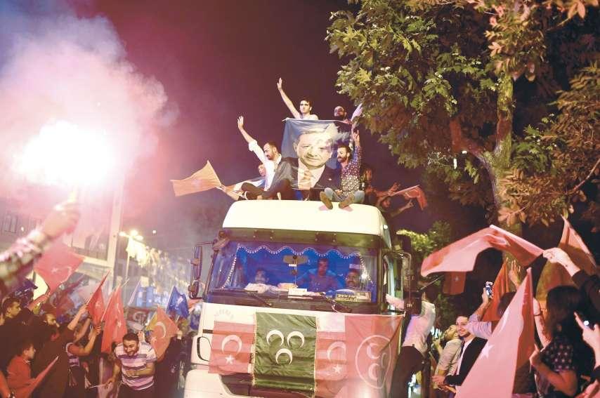 Les partisans de M. Erdogan ont fêté la réélection de leur leader, dimanche soir.Photo AFP