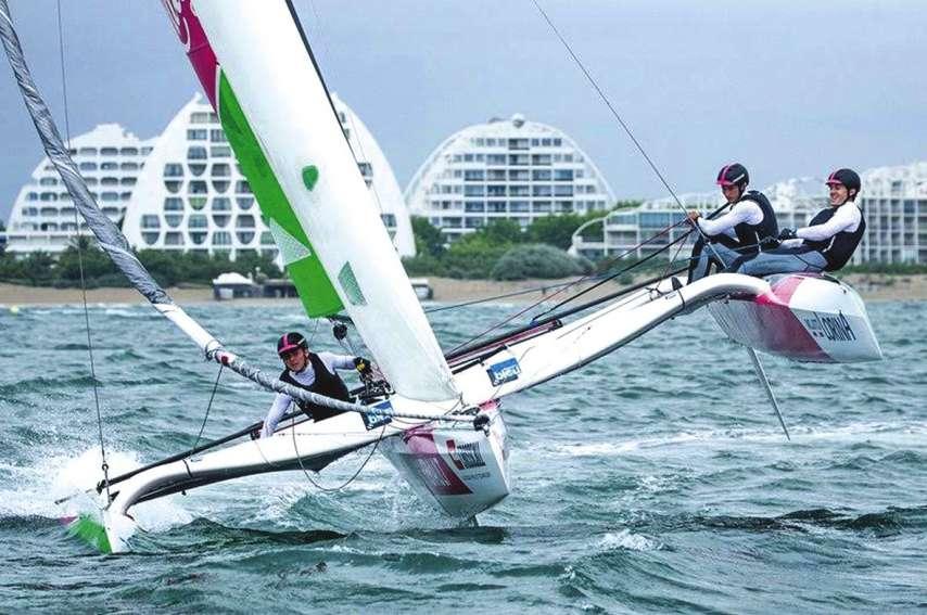 Lucas Chatonnier (2e en partant de la gauche... ou de la droite) sera à la barre du bateau sponsorisé  par Pink Lady, l'Agglo Pays de l'Or et le département de l'Hérault. Photo D.R.