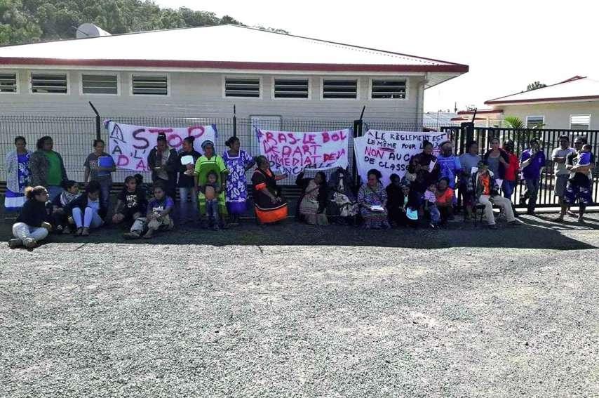Une quarantaine de parents réclament le départ immédiat de la directrice. Photo DR