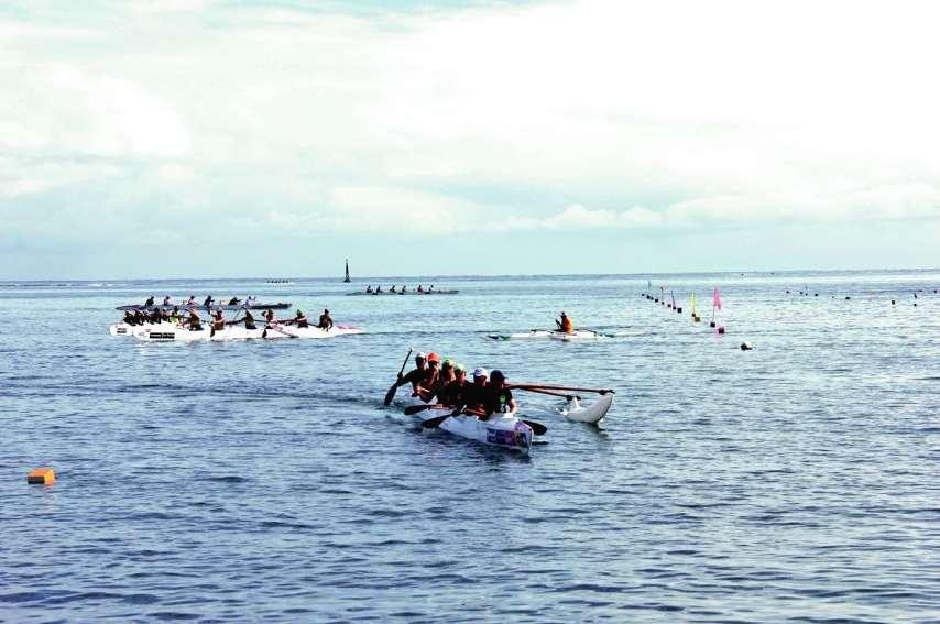 La première journée d'entraînement s'est déroulée mardi sur le plan d'eau de Aorai Tini Hau, à Pirae. Ci-dessous,  la délégation locale lors de la cérémonie d'ouverture, avec pour porte-drapeau le multiple champion du mondeKévin Céran-Jérusalémy.Photos La