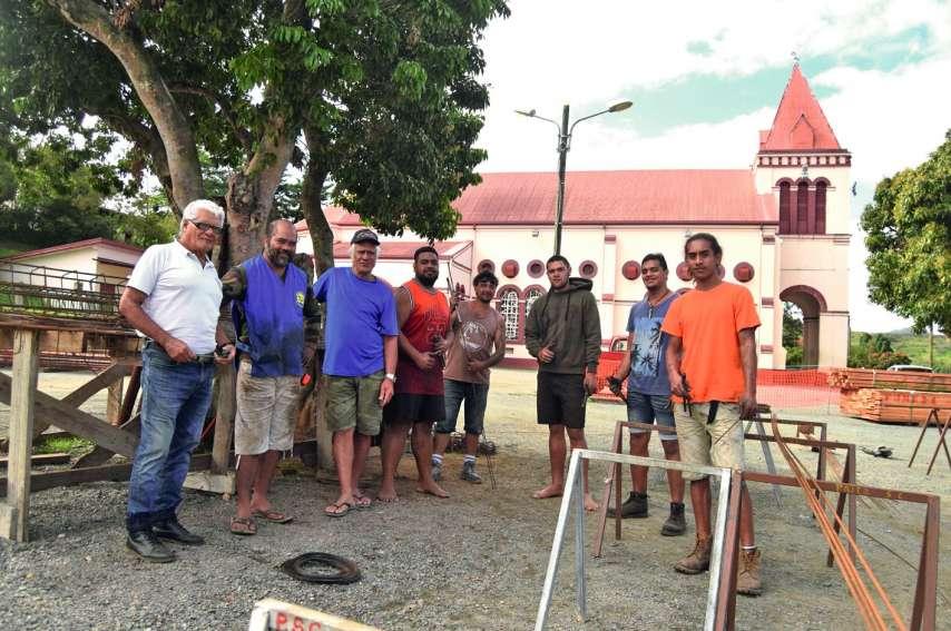 Michaël Tuifua, à gauche, et son équipe familiale et bénévole d'ouvriers de chantier. Tous travaillent à la réfection totale du mur  de soutènement du terrain de l'église du village. Photos A.D.