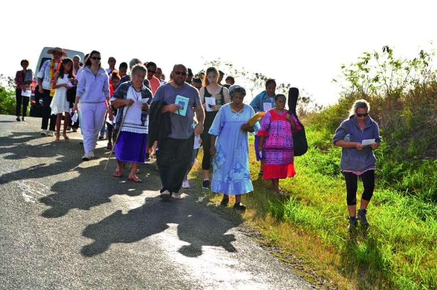 Personnes à mobilité réduite, enfants et adultes ont participé nombreux au traditionnel pèlerinage qui ouvrait la manifestation. Du point de départ à la petite grotte qui abrite Notre-Dame de la Mer, les pèlerins chantant et priant la Vierge avaient à par