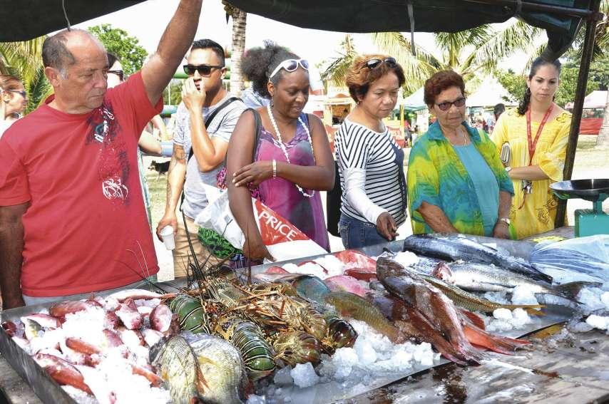 Le stand tenu par l'association Bélep Pêche a été envahi dès l'ouverture par le public en quête de produits de la mer. Pas moins de 1,5 tonne de langoustes, de tazars, de saumonées, de becs de cane, de pouates, de picots, de dawas, de rougets, de poulpes,