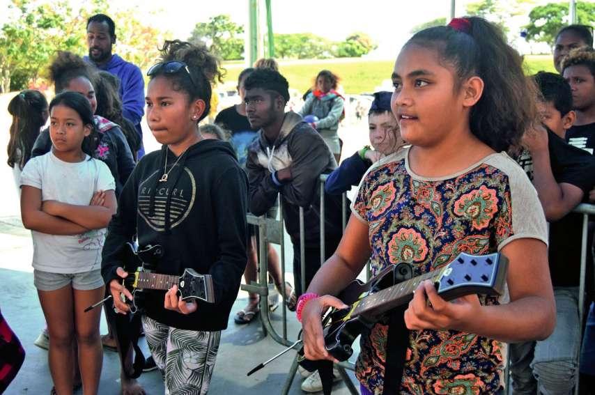 Léïata, 12 ans, de Dumbéa-sur-Mer, et Edeen, 12 ans, de Val-Suzon, s'affrontent à Guitar Hero. Ces tournois interquartiers permettent aux jeunes de sortir de leur environnement, et les jeux vidéo sont clairement attractifs pour les structures. Photos A.D.