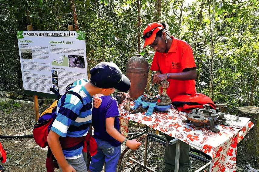 Marie-Claude Monefara a fait découvrir lors d'une petite balade dans le parc le bélier hydraulique, un système qui permet de remonter de l'eau sans aucun besoin d'énergie extérieure. Il a été redécouvert dans le parc sous une couche de boue et devrait êtr