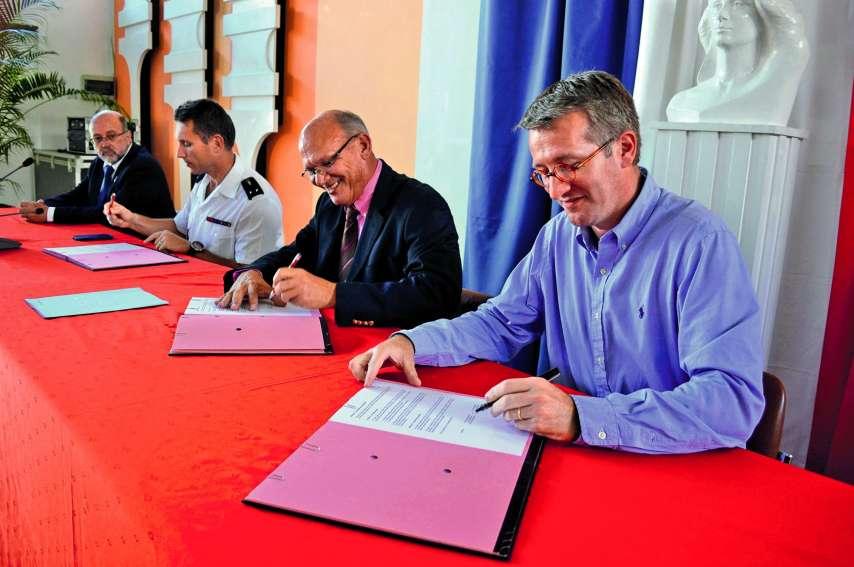 Les représentants de la gendarmerie, de la mairie et de l'État étaient réunis, hier, pour signer le protocole vigilance citoyenne. A.T.