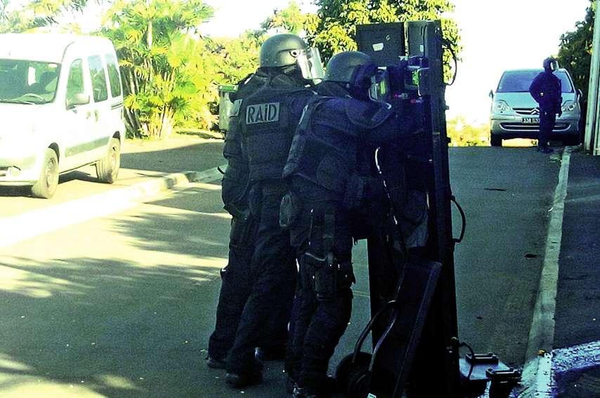Le Raid, l'unité d'élite de la police nationale, a arrêté le preneur d'otage sur le toit de sa maison. Il était armé d'un fusil.Photo DR