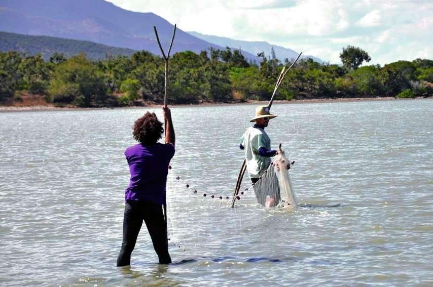 L'équipe du service des milieux et ressources aquatiques a déployé à plusieurs reprises dans la journée trois types de filets aux maillages divers. Photos Ivan Cotignola