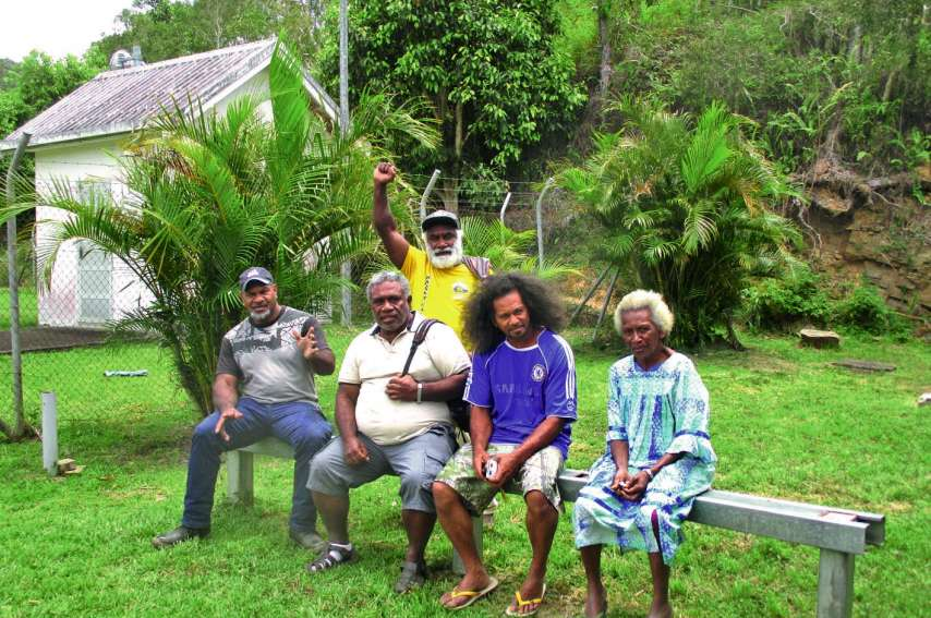 Gilles, Elisabeth, Fabrice, Kayel et Joël ont voté à Houaïlou,  à la maison commune de Coula. Photo Sonia Poarairiwa