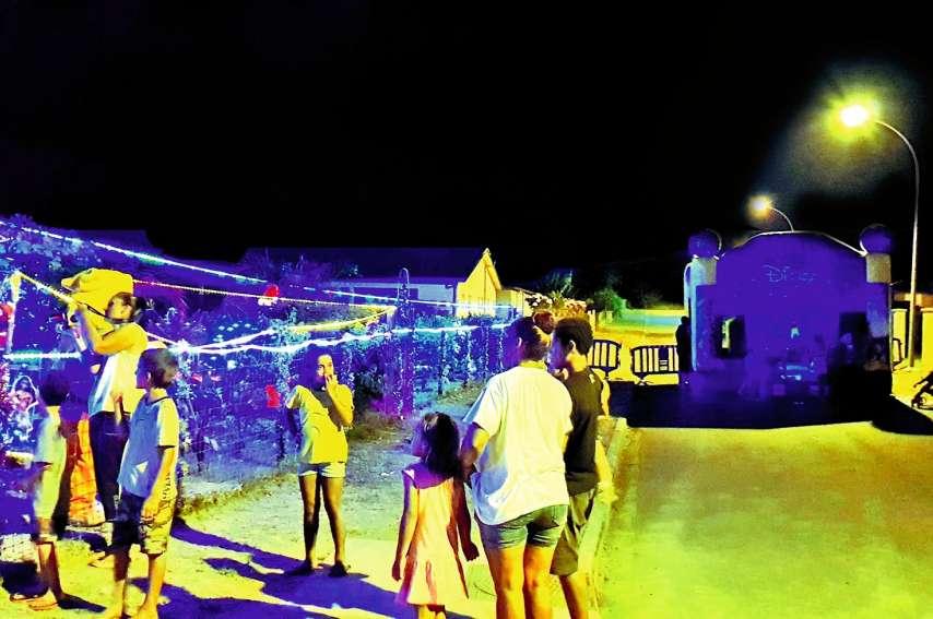 Les illuminations et le château ont émerveillé toutes les familles venues nombreuses pour embrasser le père Noël et son lutin. Photos K.B.