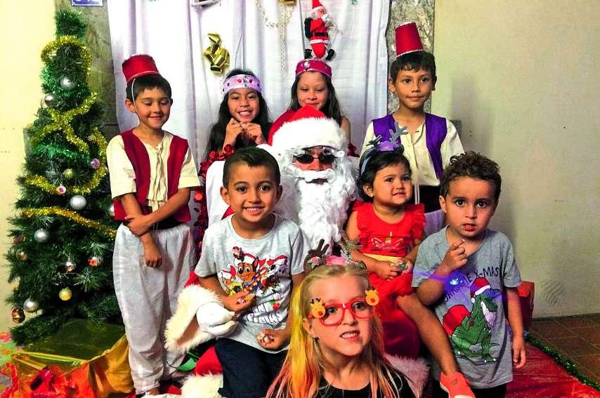 Les enfants ont pu être photographiés avec le père Noël et ses lutins du jour, avant d'aller chercher leur cadeau.Photos K.B.