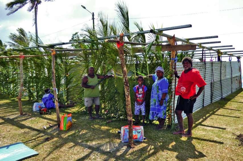 Les habitants de la tribu finalisent les derniers préparatifs comme le tressage des devantures de stands.Photo M.G.