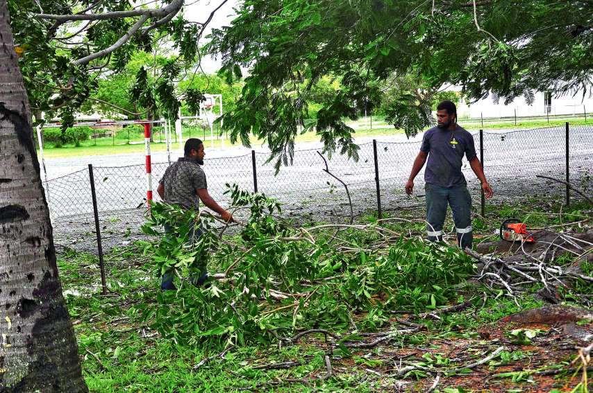 Les employés des services techniques municipaux s'emploient à nettoyer la cour de l'école élémentaire Charles-Mermoud des branchages tombés lors du passage d'Oma.Photo I.C.