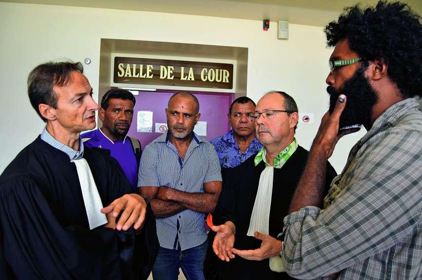 Me Dupuy (à gauche) et Me O'Connor, avec des membres du GDPL, ont échangé à la sortie de l'audience.Photo J.J.