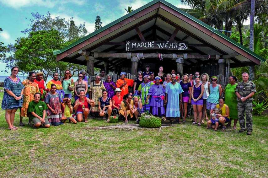 Accueillies par l'association Egna-Ta Vuu (travailler ensemble) et sa présidente, Marie-Noëlle Attiti, accompagnée de nombreuses mamans de la tribu, et après le geste coutumier, les épouses des militaires ont visité les champs, découvert les produits de l