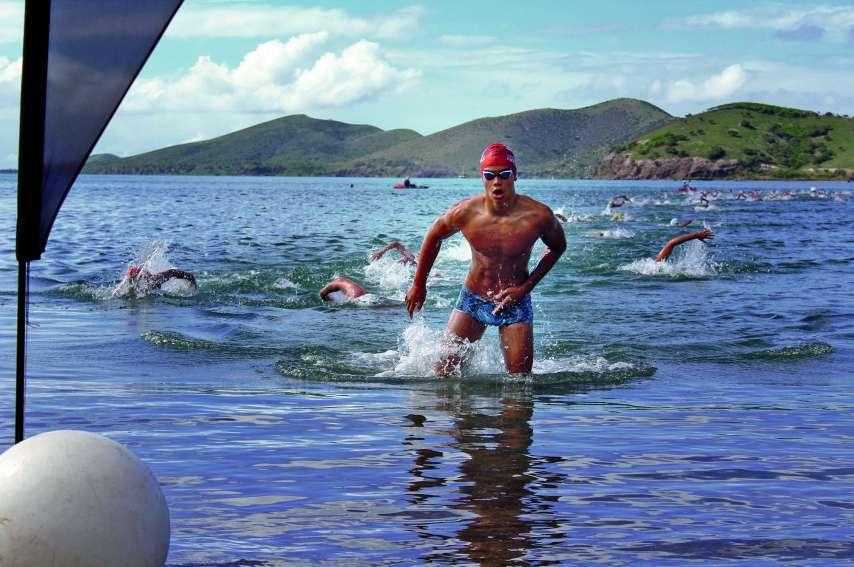 Hugo Savignac, ici lors du Triathlon Jérémy-Broutté, il y a deux semaines. Il était logiquement sorti en tête de l'eau au terme des 750 mètres, baie de Bouraké. Il espère être aussi dominateur en eau libre samedi à Nouméa.Photo T.M.