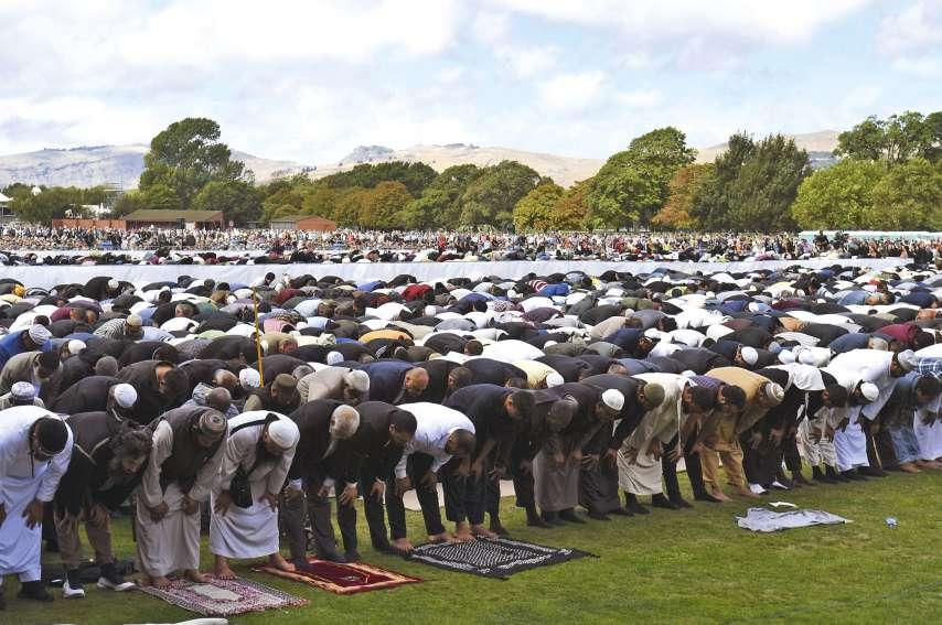 Le temps était au recueillement hier. L'imam de la mosquée al-Nour Gamal Fouda a remercié tous les Kiwis pour leur formidable élan après la tuerie et rappelé que cet événement avait resserré les liens entre tous les habitants.Photo AFP