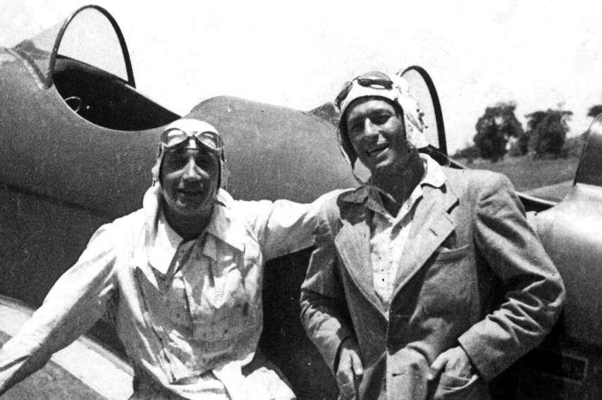 Henri Martinet (à dr) et son ami Paul Klein ont parcouru le monde depuis les airs, reliant Nouméa à Paris en 1939. Un véritable exploit pour l'époque. Photo DR